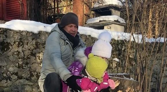 ВИДЕО: Павел Деревянко с дочками покатался на санках