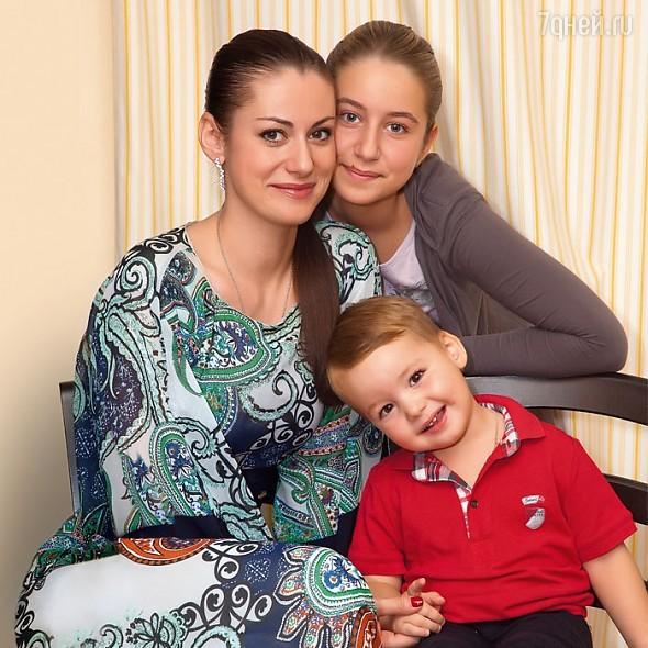 Анна Ковальчук с дочкой Златой и сыном Добрыней
