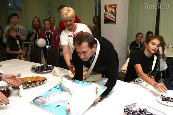 Константин Хабенский с медовым тортом в виде чайки
