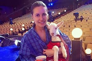 Юлия Михалкова с трогательным партнером по съемкам