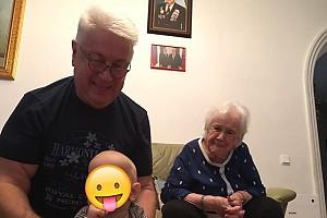 Владимир Винокур нянчится с внуком