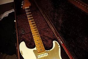 Алексею Воробьеву подарили уникальную гитару
