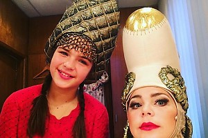 Ирина Пегова с дочкой перед спектаклем