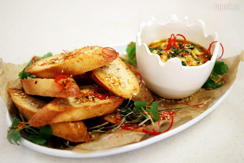 Хумус из чечевицы с гренками и мандариновым соусом