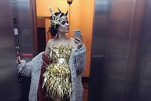 Ирена Понарошку показала оригинальный новогодний наряд