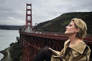 Рената Литвинова на фоне знаменитого моста в Сан-Франциско
