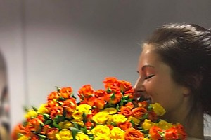 Жених задаривает Нюшу цветами