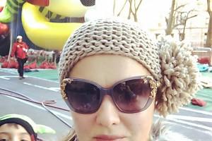 ВИДЕО: Анна Нетребко на прогулке по Нью-Йорку с сыном