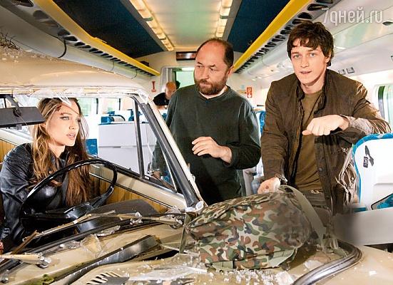 Анджелина Джоли, Тимур Бекмамбетов, Джеймс Макэвой на съемках фильма «Особо опасен». 2008 г.