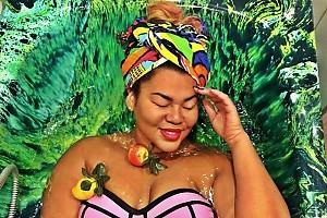 Корнелия Манго купила ванну жизнерадостного цвета