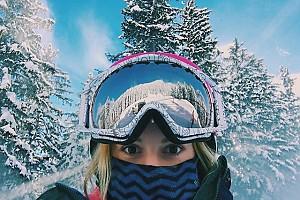 Юлианна Караулова любуется захватывающими видами на горный пейзаж