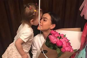 Елена Темникова впервые получила в подарок цветы от дочери