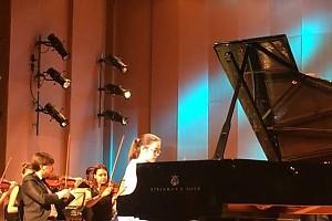 ВИДЕО: дочка Евгения Стычкина выступает на концерте