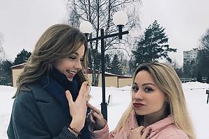 Юлианна Караулова показывает свое помовочное колечко подруге