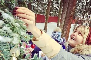 Юлия Меньшова нарядила ёлку во дворе дома