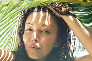 Ирина Дубцова прячется от палящего солнца