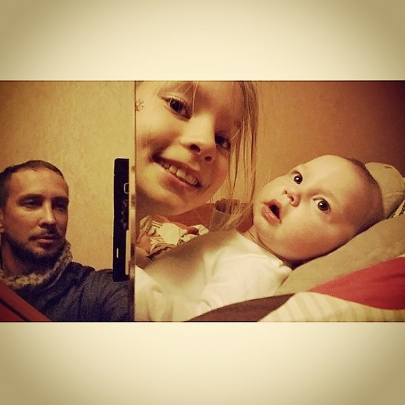 Певец Данко с дочерями Соней и Агатой