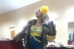 Елена Захарова готовится к выходу на сцену