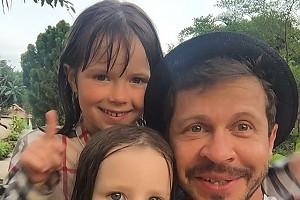 Павел Деревянко и его любимые дочки