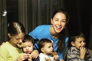 Полина Диброва накормила детей полезным печеньем